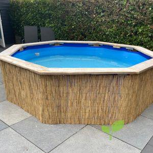 Decoratieve rietmat tegen zwembad
