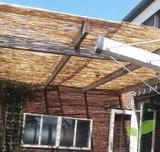 Gepelde rietmatten zonwering op pergola 180 x 500 cm